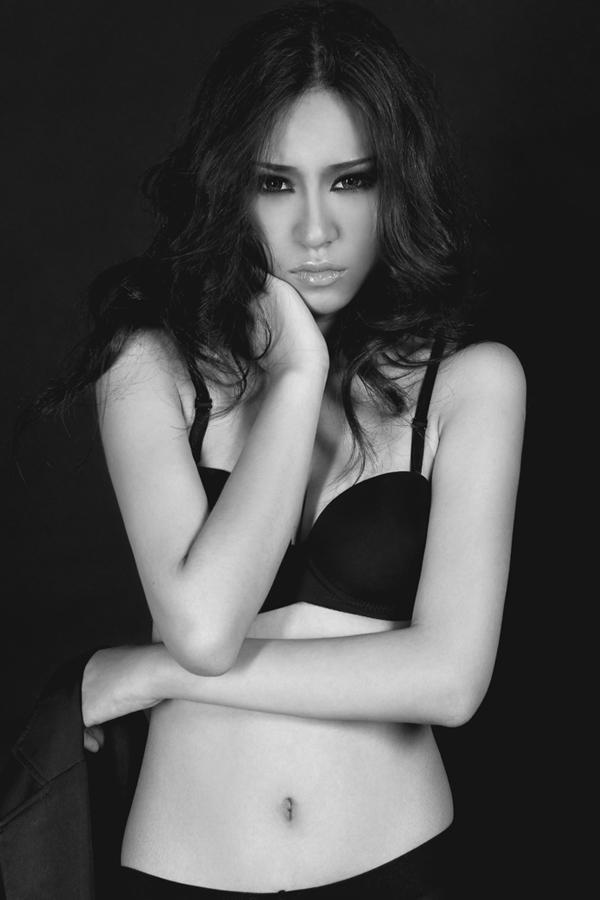 Hoàng Thanh Vi người mẫu trẻ nhất trong bộ hình, sinh năm 1993, có khuôn mặt khá xinh như Hàn Quốc, nhẹ nhàng quyến rũ với nội y đen